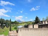 ヴェスヴィオ火山を眺めるポンペイ入口